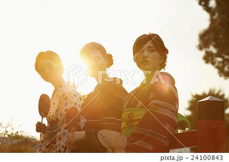 古都を旅する外国人女性と日本人女性 24100843