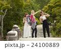 古都を旅する外国人女性と日本人女性 24100889