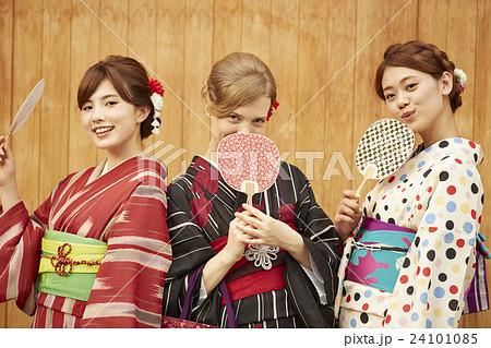 古都を旅する外国人女性と日本人女性 24101085