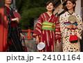 古都を旅する外国人女性と日本人女性 24101164
