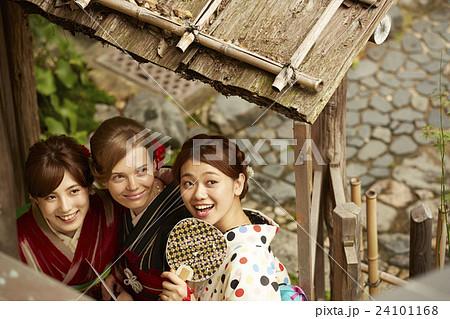 古都を旅する外国人女性と日本人女性 24101168
