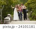 古都を旅する外国人女性と日本人女性 24101181