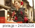 古都を観光する外国人女性 24101216