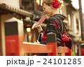 古都を観光する外国人女性 24101285