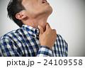 喉を押さえる若い男性 白バック 24109558