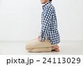 正座する若い男性 白バック 24113029