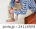 ソファに座る若い男性 24114909