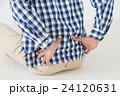 腰を押さえる若い男性 腰痛 白バック 24120631