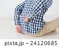腰を押さえる若い男性 腰痛 白バック 24120685