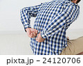 腰を押さえる若い男性 腰痛 白バック 24120706