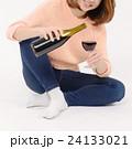ワインを飲む若い女性 24133021