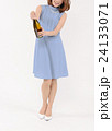 シャンパンの栓を開ける若い女性 24133071