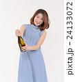 シャンパンの栓を開ける若い女性 24133072
