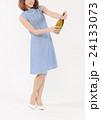 シャンパンの栓を開ける若い女性 24133073