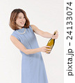 シャンパンの栓を開ける若い女性 24133074