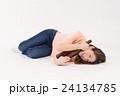 一升瓶を抱える泥酔した若い女性 24134785