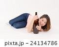 一升瓶を抱える泥酔した若い女性 24134786
