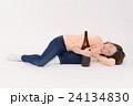 一升瓶を抱える泥酔した若い女性 24134830