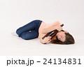一升瓶を抱える泥酔した若い女性 24134831