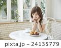 カフェでくつろぐ若い女性 24135779
