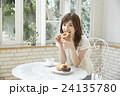 ドーナッツを食べる若い女性 24135780