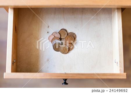 pile of british coins in open drawerの写真素材 [24149692] - PIXTA