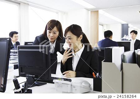 オフィス 女性 キャリアウーマン 新入社員 ビジネス パソコン ビジネスウーマン ビジネスマン  24158264