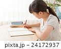 リビングで勉強する女の子 24172937