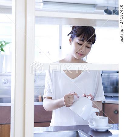 キッチン 女性 ポートレート  24197450
