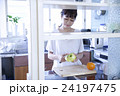 キッチン 女性 ポートレート  24197475