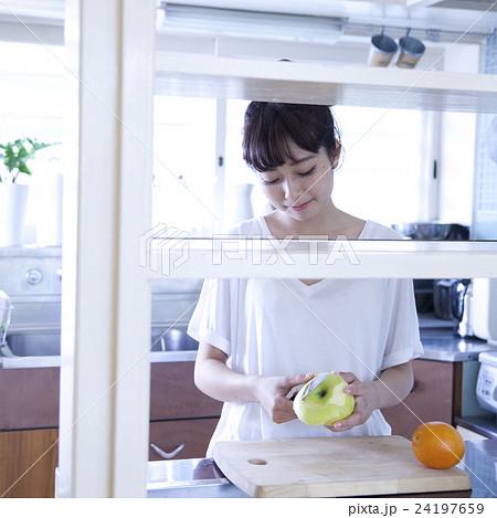 キッチン 女性 ポートレート  24197659