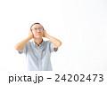 耳を塞ぐシニア男性 24202473