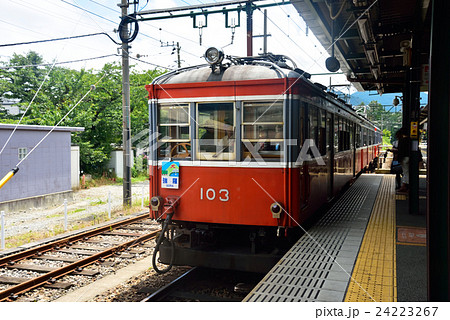 停車する箱根登山電車モハ1形 24223267