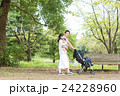 赤ちゃん 家族 公園の写真 24228960
