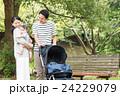 赤ちゃん 家族 抱っこの写真 24229079