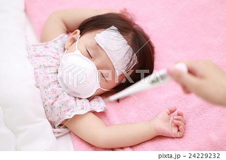 体調不良の赤ちゃんをママが看病する 24229232