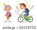 自転車のベルを鳴らしながら運転するビジネスマンと迷惑するシニア 24229752