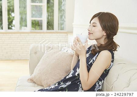 優雅にコーヒーを飲む若い女性 24229797