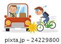 自転車運転中に自動車とぶつかるビジネスマン 24229800