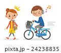 ヘッドフォンで音楽を聴きながら自転車を運転する男子学生と迷惑する女性 24238835