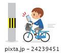 スマホを見ながら自転車を運転士電信柱にぶつかりそうになる男子学生 24239451