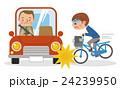 自転車で自動車にぶつかる男子学生 24239950