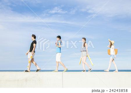 夏を楽しむ男女 24243858
