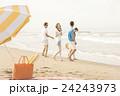ビーチを楽しむ男女 24243973
