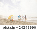 ビーチを楽しむ男女 24243990