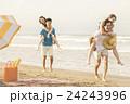 ビーチを楽しむ男女 24243996