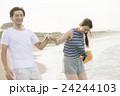 カップル 海 バカンスの写真 24244103