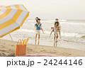 ビーチを楽しむ男女 24244146