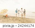 ビーチを楽しむ男女 24244174
