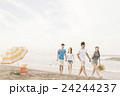 ビーチを楽しむ男女 24244237